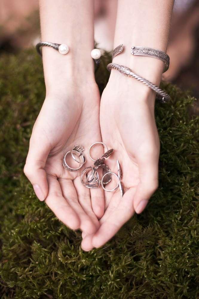 серебряные кольца и браслеты