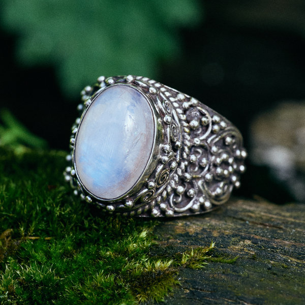 кольцо слунным камнем